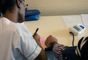 prise de tension lors du dépistage des maladies rénales