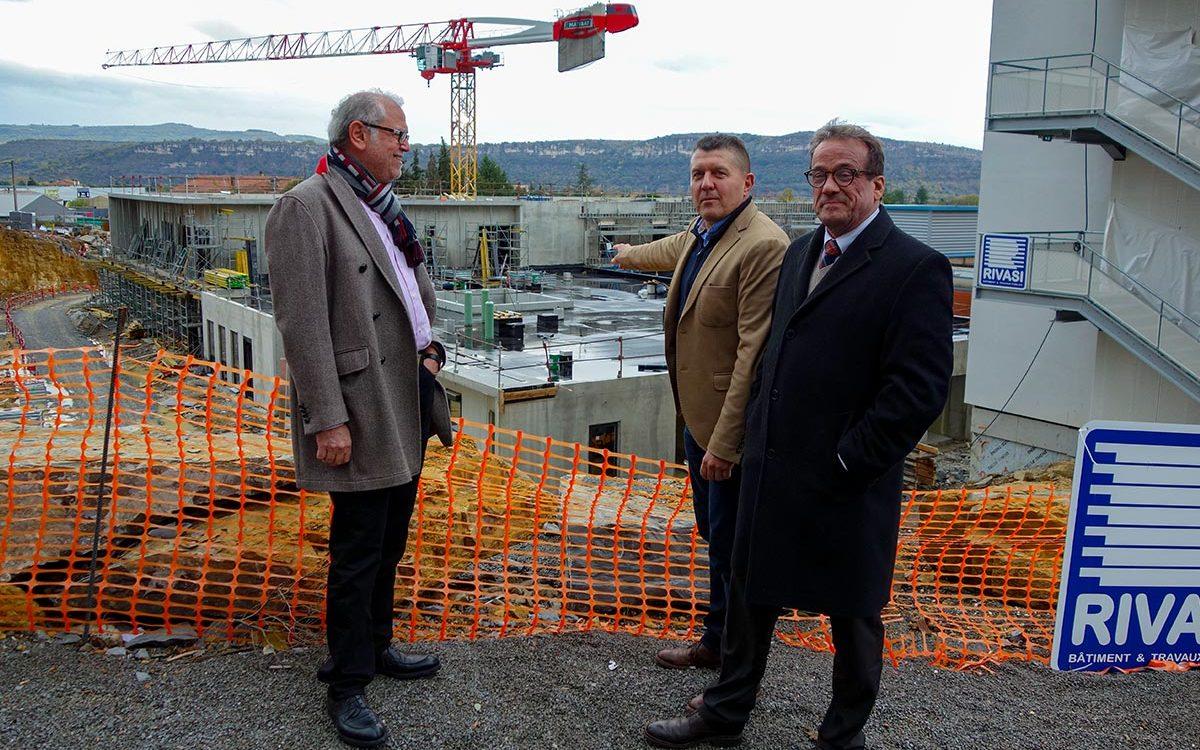 Le directeur du CHArMe Yvan Maniglier, le président de la CME le Dr Joseph HADDAD et le député de l'Ardèche M. Fabrice Brun devant le chantier des nouvelles urgences.