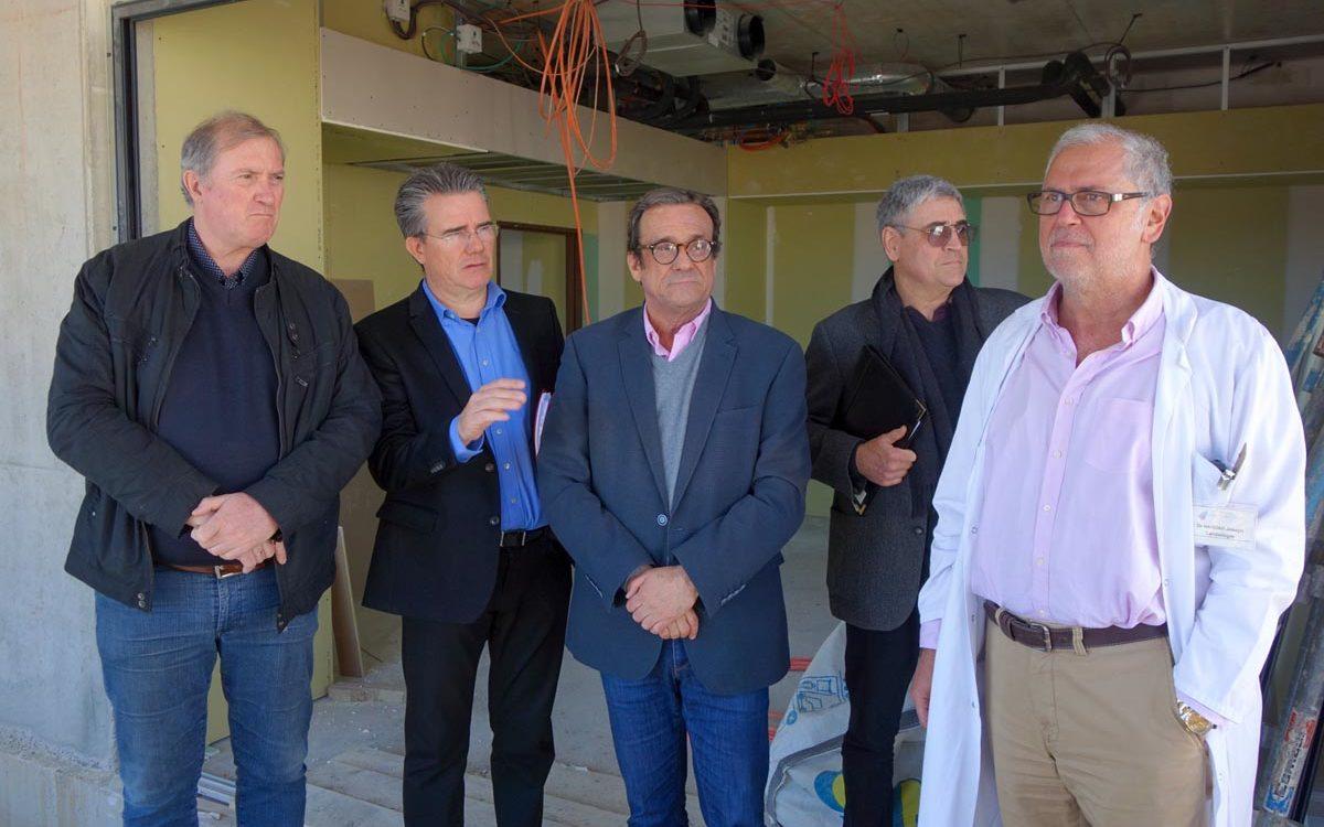 visite du chantier des urgences : photo de groupe dans le bâtiment en travaux.
