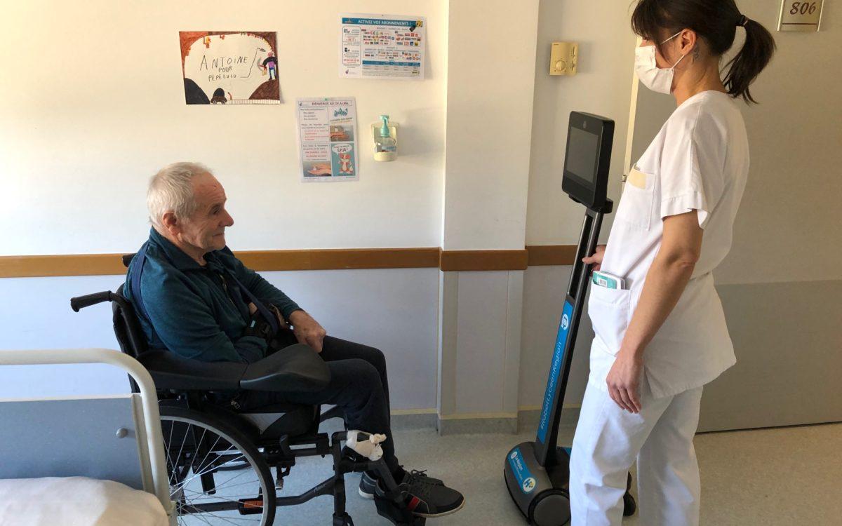 photo : patient, infirmière et et robot de téléprésence.