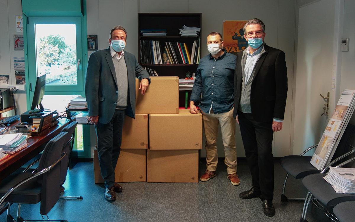 de G. à D. devant le stock de surblouses fournit par la Région : M. Yvan MANIGLIER, directeur du centre hospitalier ; M. Laurent ISSARTEL, coordonnateur général des soins ; M. Jean-Claude FLORY, maire de vals-les-Bains et président du conseil de surveillance.