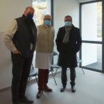 Vaccination COVID : dans la salle d'attente, dede g. à d. : Dr Jean-Yves MEYER, maire d'Aubenas ; Dr Joseph HADDAD, président de CME ; M. Yvan MANIGLIER, directeur du CHArMe.