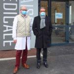 le Dr HADDAD et M. Maniglier devant la Maison Médicale de Garde.